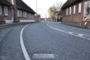 En grænsesten i vejen, til højre er det kroen, som er i Tyskland, til venstre er det ANton Nielsens hus i Danmark