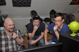 Jesper Christophersen (tv), Steffen Paust og Jonas Letzius Rasmussen (th) gennemgår og finjusterer detaljerne i en af indspilningerne