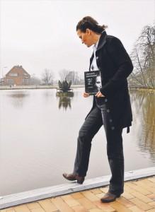 """Tine Enger med sin bog """"Udkantsdanskerne - helt tæt på"""""""