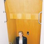 Lotte Rod i den kendte envejs elevator ud for Folketingssalen